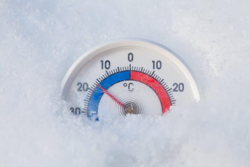 O termômetro congelado mostra menos o wea frio do inverno do grau 17 Célsio fotografia de stock royalty free