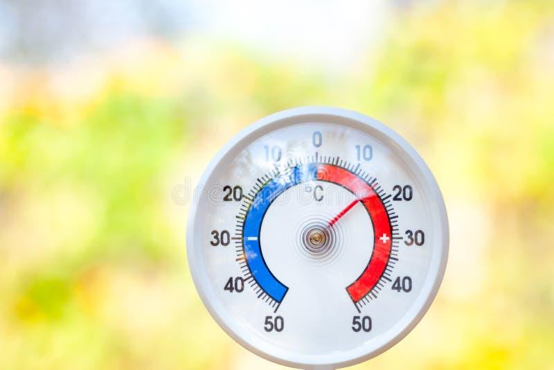 O termômetro exterior mostra a temperatura moderado - tempo fresco imagens de stock