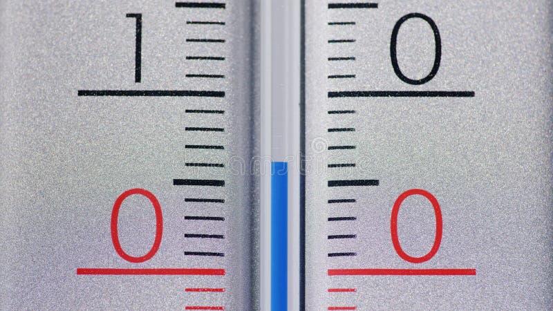 O termômetro mostra a temperatura acima de zero dentro graus Célsio imagem de stock royalty free