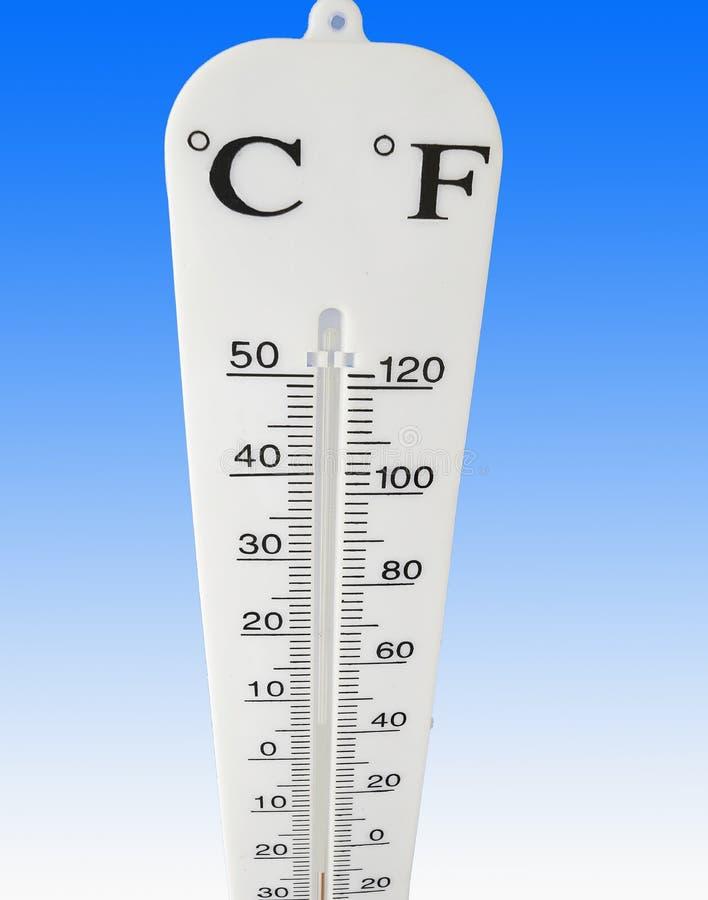 O termômetro mostra um idecrease drástico nas condições do temprature que indicam o clima extremo foto de stock