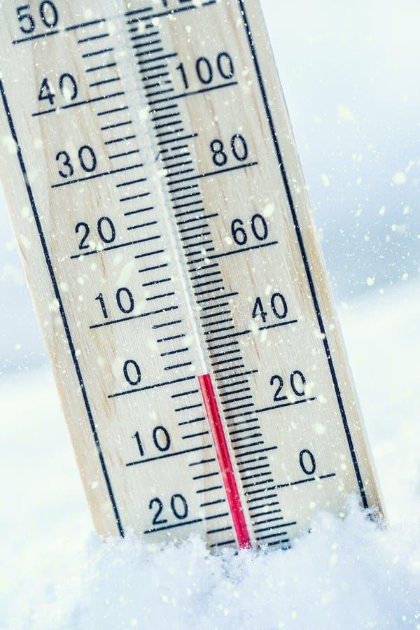 O termômetro na neve mostra as baixas temperaturas zero Baixa temperatura foto de stock royalty free