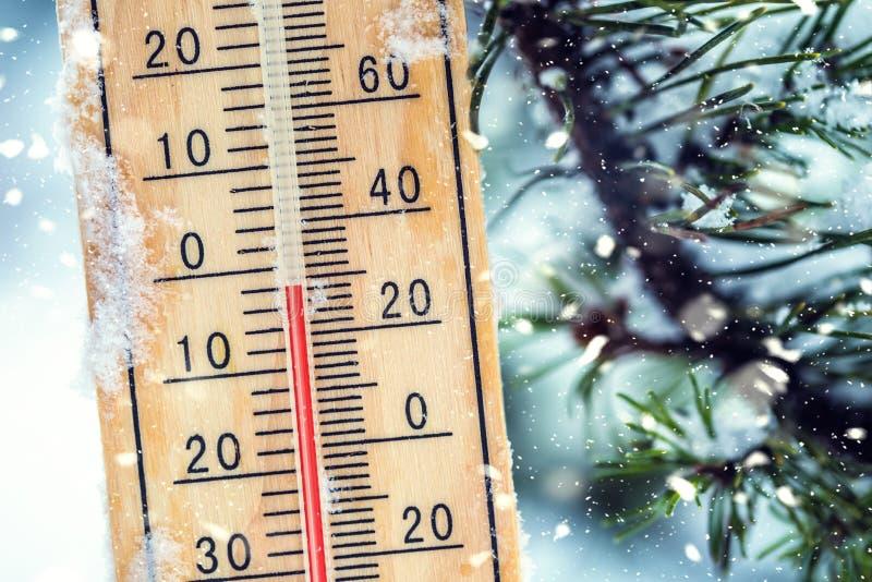 O termômetro na neve mostra baixas temperaturas em Célsio ou no farenheit imagens de stock royalty free