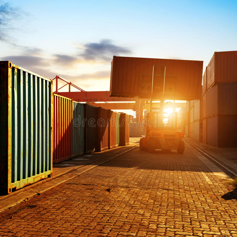 O terminal de recipiente no crepúsculo imagem de stock