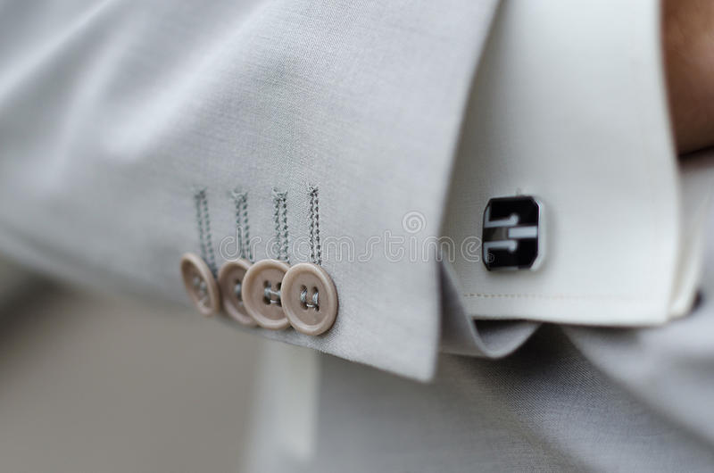 O terno dos homens e punho de linho brancos da camisa fotografia de stock royalty free
