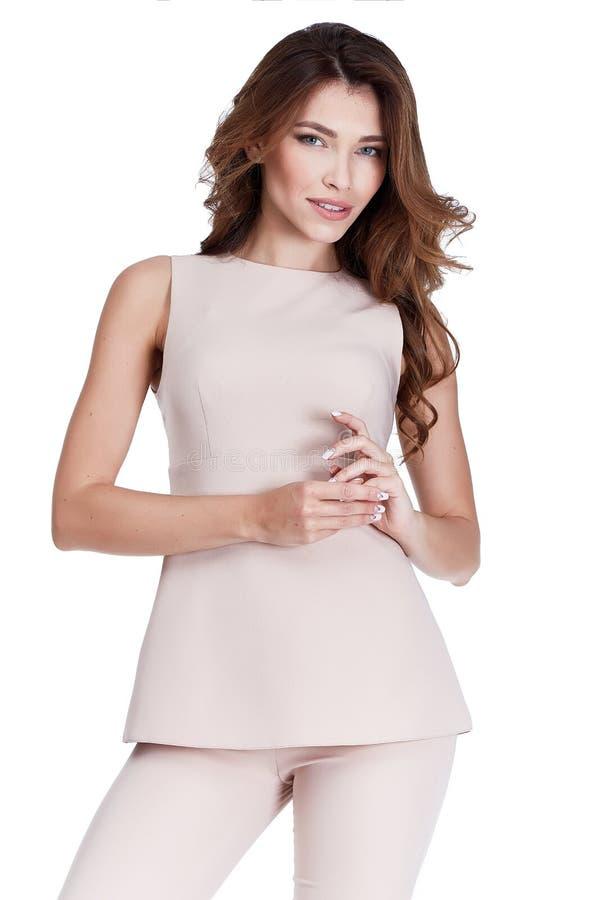 O terno formal da cor bege bonita do desgaste da forma do modelo da mulher arfa imagem de stock royalty free