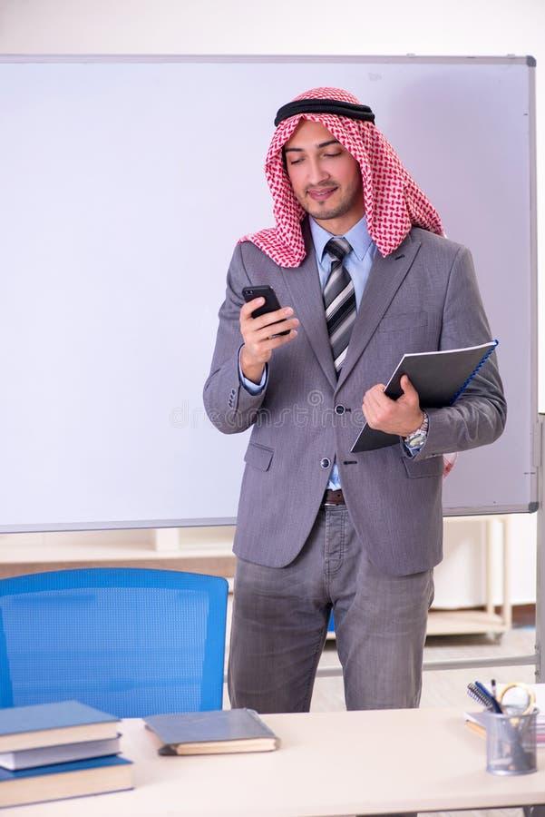 O terno vestindo do professor árabe considerável novo fotos de stock royalty free