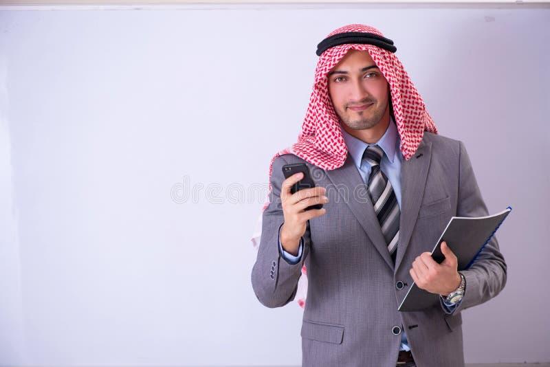 O terno vestindo do professor árabe considerável novo foto de stock