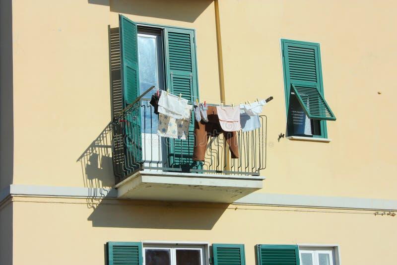 O terraço é usado para pendurar a roupa em uma casa familiar normal fotos de stock