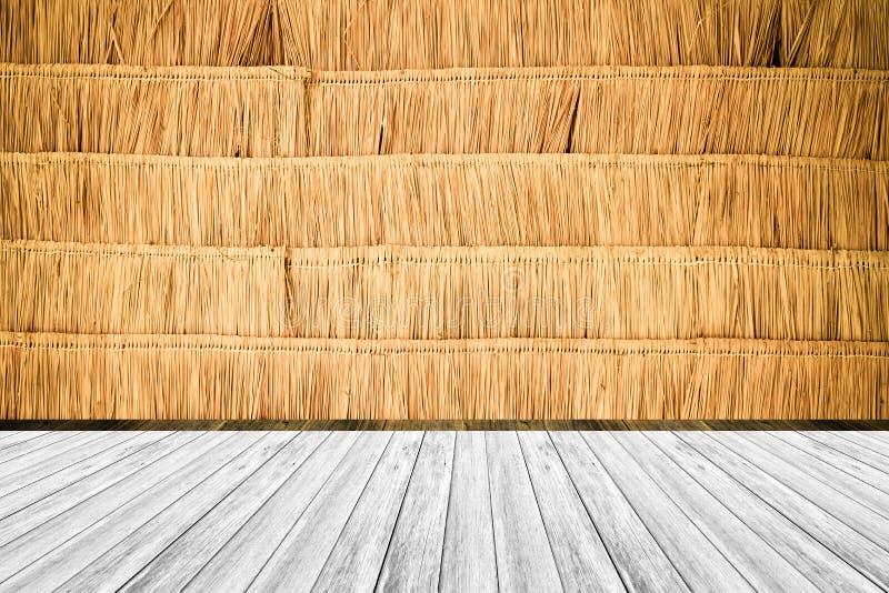 O terraço de madeira e seca o estilo do vintage da textura da parede das folhas foto de stock
