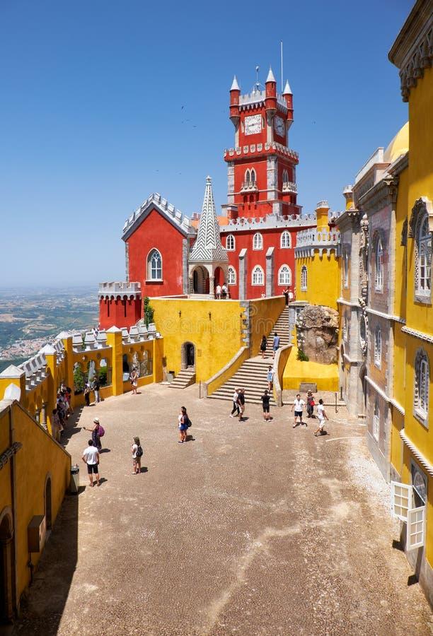 O terraço dos arcos, a capela e a torre de pulso de disparo do palácio de Pena Sint imagens de stock