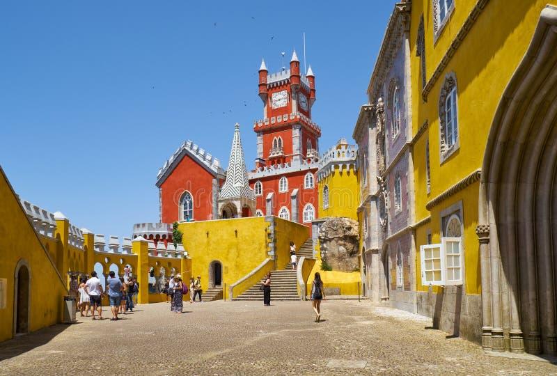 O terraço dos arcos, a capela e a torre de pulso de disparo do palácio de Pena Sint imagem de stock