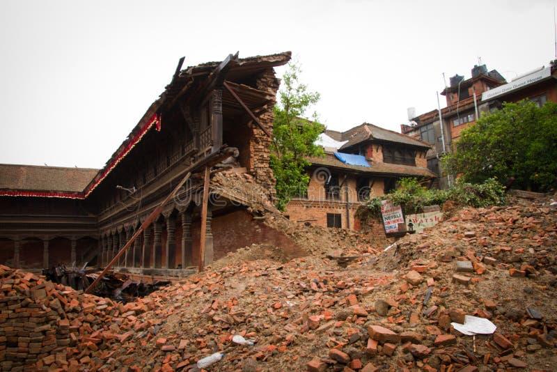 O terremoto arruinou o quadrado de Durba em Bhaktapur, Nepal foto de stock royalty free