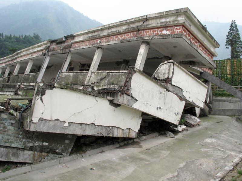 O terremoto danificou a escola na província de Sichuan, China imagem de stock