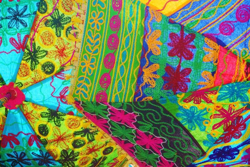 O teste padrão do parasol do indiano bordou a tela Muli-colorida brilhante foto de stock royalty free