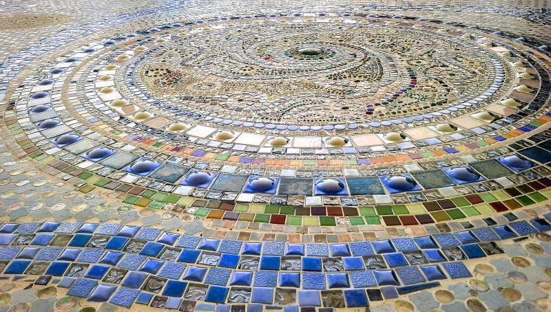 O teste padrão espiral verde e o azul colorem o assoalho de mosaico fotografia de stock royalty free
