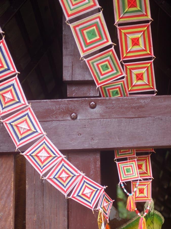 O teste padrão feito à mão tradicional TAILANDÊS colorido do quadro e da cor de bambu yarns imagem de stock