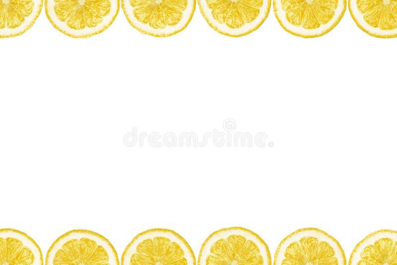 O teste padrão fez das fatias frescas do limão em um fundo branco com espaço da cópia no meio Vista aérea, flatlay Fundo da fruta fotografia de stock