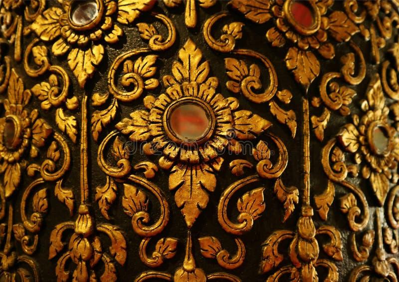 O teste padrão tailandês do ouro lindo e do vintage preto na teca envernizou a coluna em Wat Phumin Temple, Nan Province, Tailând imagens de stock royalty free