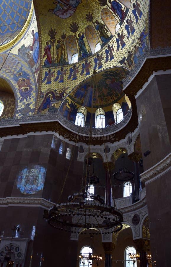 O teto da igreja com a igreja que pinta a catedral naval da São Nicolau em Kronstadt foto de stock