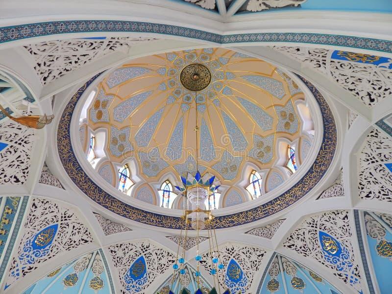 O teto decoratied dentro do Kol Sharif Mosque no Kremlin de Kazan na república Tartaristão em Rússia foto de stock