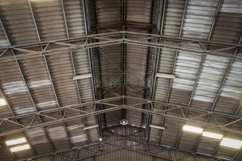 O teto do armazém velho com esporte ilumina-se Alargamento da lente imagens de stock