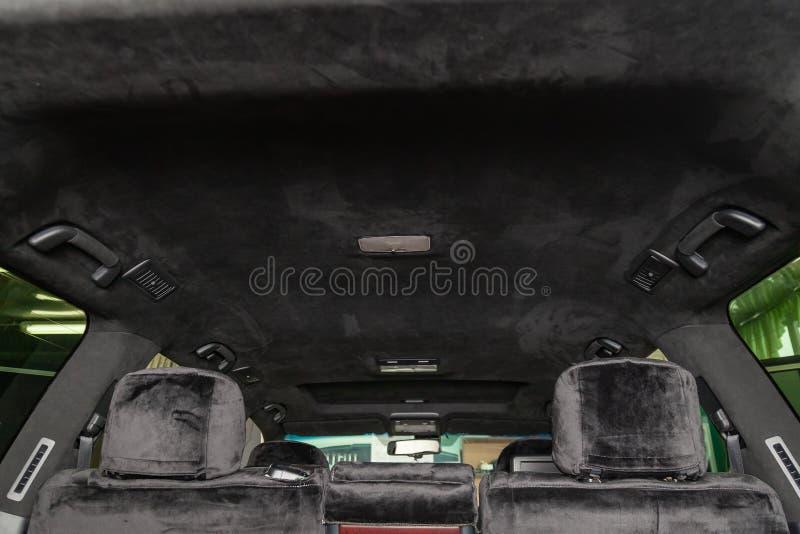 O teto do carro de SUV puxado pelo alkantara material macio preto na oficina para ajustar e denominar o interiorof fotos de stock royalty free