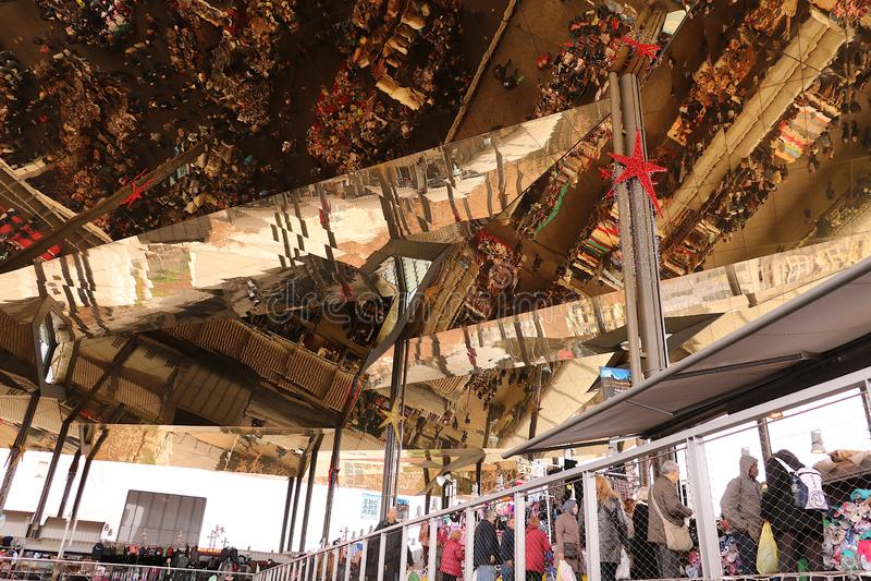 O teto do Mercat Dell Encants de Barcelona Uma construção moderna com um teto espelhado imagem de stock royalty free