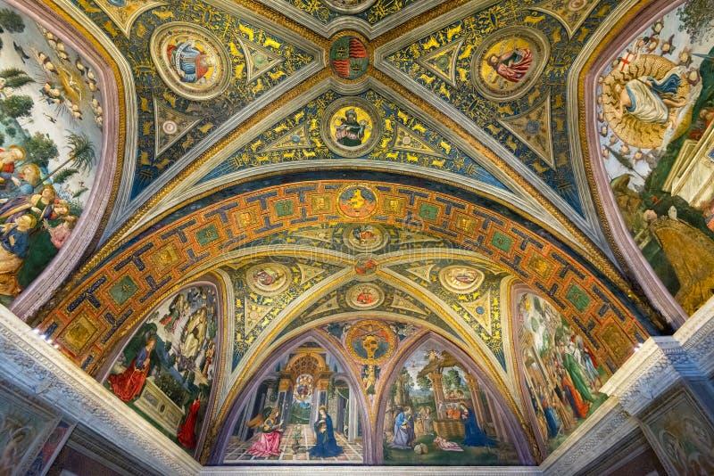 O teto em uma das salas no museu do Vaticano imagens de stock