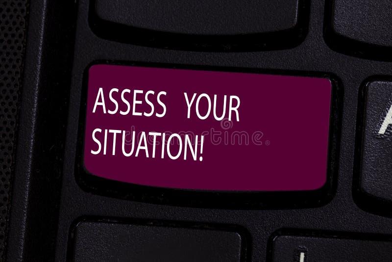 O texto da escrita avalia sua situação Significado do conceito que julga uma situação após observado todo o teclado da informação fotos de stock