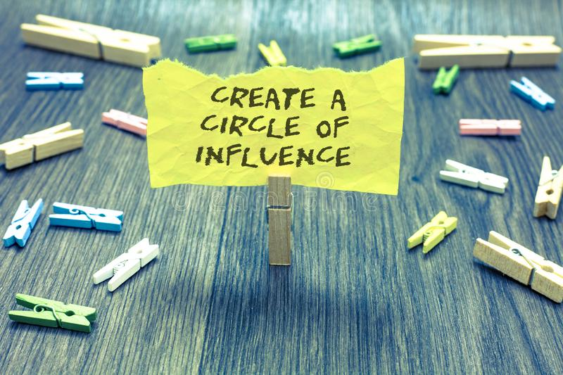 O texto da escrita cria um círculo de influência O significado do conceito seja um líder do influencer motiva o outro clipe dos p imagens de stock royalty free