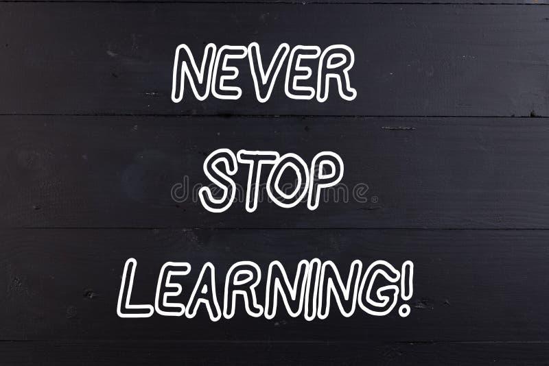O texto da escrita da palavra nunca para de aprender Conceito do negócio para para manter-se em estudar o conhecimento novo ou os imagens de stock royalty free
