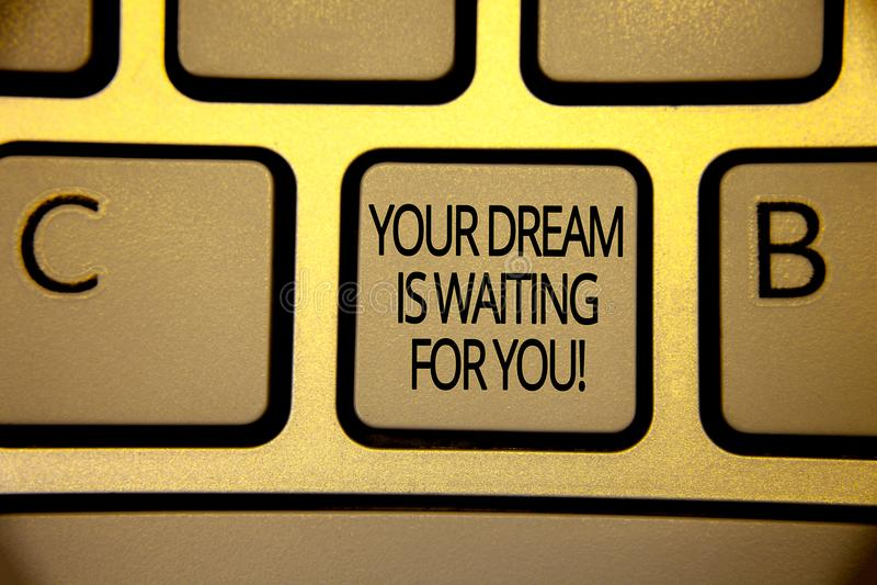 O texto da escrita da palavra seu sonho está esperando-o Conceito do negócio para do alvo objetivo da intenção do objetivo marrom imagens de stock