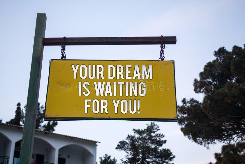 O texto da escrita da palavra seu sonho está esperando-o Conceito do negócio para do plano ardente objetivo do alvo da intenção d imagem de stock