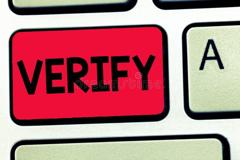 O texto da escrita da palavra verifica O conceito do negócio para certifica-se ou demonstra-se de que algo é verdadeiro accuratej fotos de stock