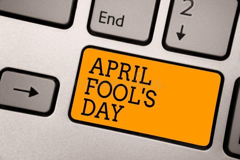 O texto da escrita que escreve April Fool s é dia Conceito que significa o trabalho de datilografia insensato engraçado c da cele imagem de stock royalty free