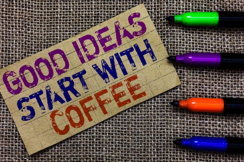 O texto da escrita que escreve boas ideias começa com café Dia do começo dos amantes da cafeína do significado do conceito com el foto de stock