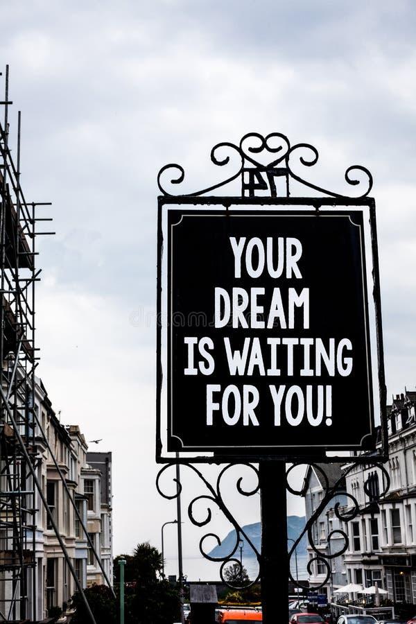 O texto da escrita que escreve seu sonho está esperando-o Do alvo objetivo da intenção do objetivo do significado do conceito bla foto de stock