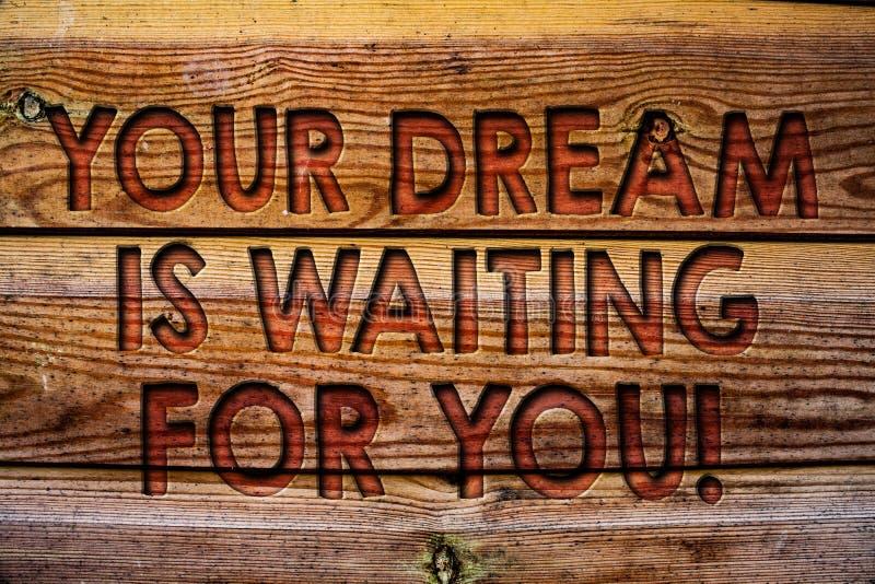 O texto da escrita seu sonho está esperando-o Do plano ardente objetivo do alvo da intenção do objetivo do significado do conceit foto de stock royalty free