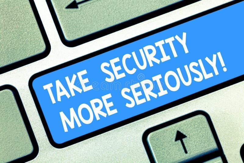 O texto da escrita toma a segurança mais seriamente O significado do conceito esteja alerta e ciente do teclado de corte possível imagens de stock royalty free