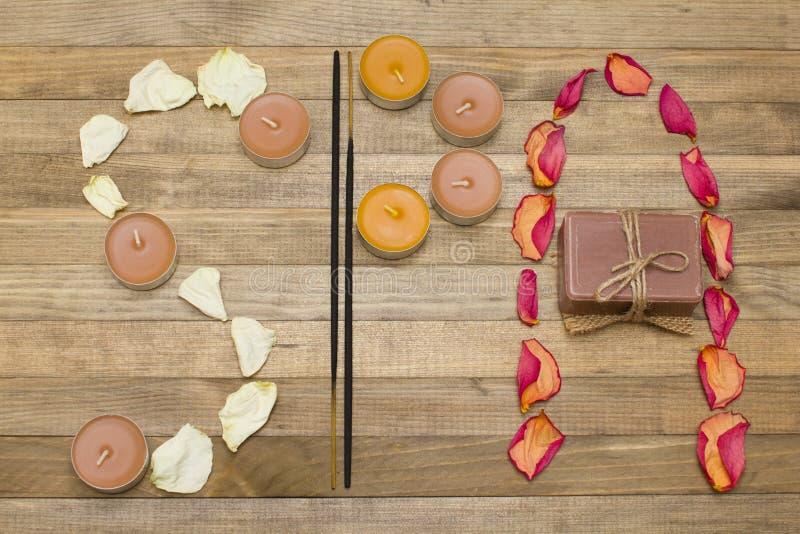 O texto dos termas feito do incenso da pétala cor-de-rosa cola a vela e o sabão fotos de stock royalty free