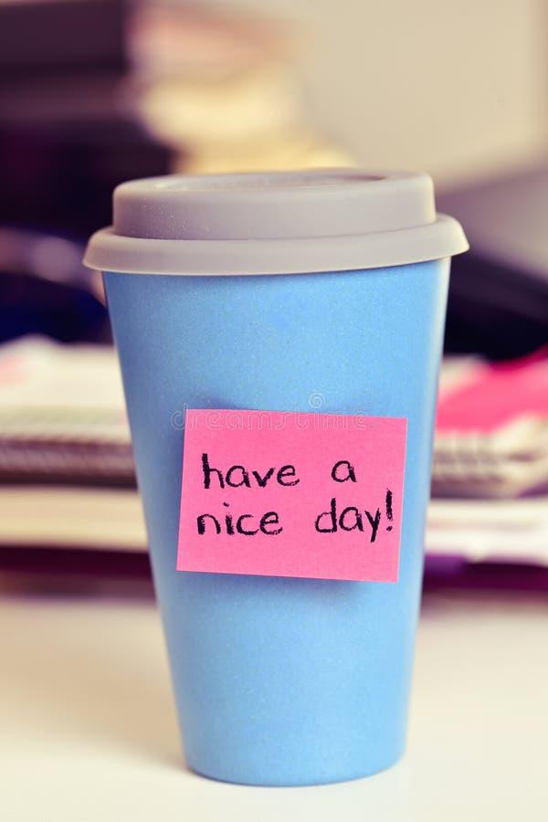 O texto tem um dia agradável em uma xícara de café ou em um chá imagem de stock royalty free