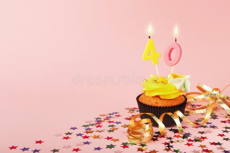 o 40th queque do aniversário com vela e polvilha foto de stock