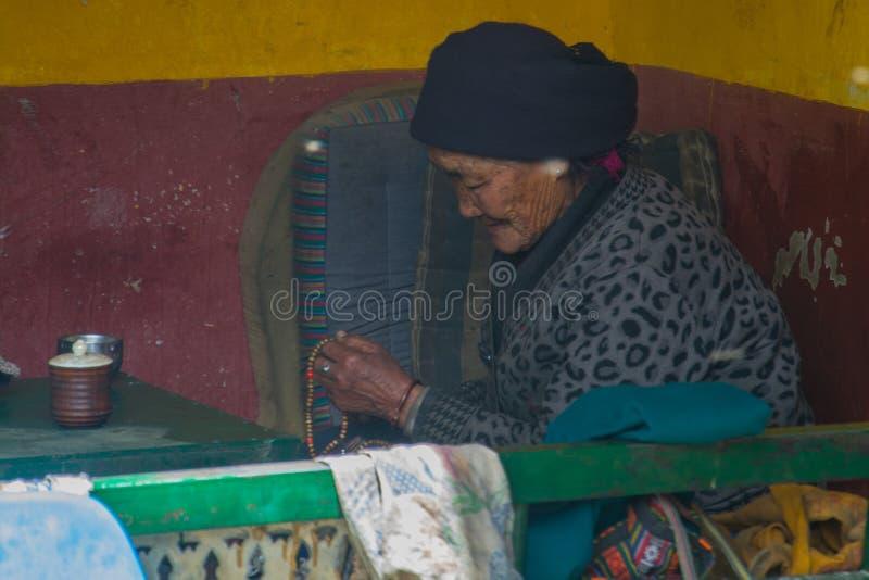 O tibetano reza fotografia de stock