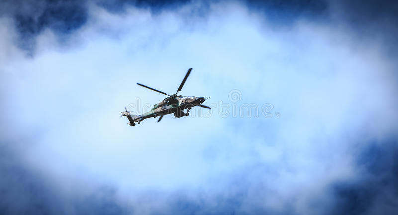 O tigre da força aérea de Eurocopter EC665 do helicóptero voa sobre o Frenc fotografia de stock royalty free
