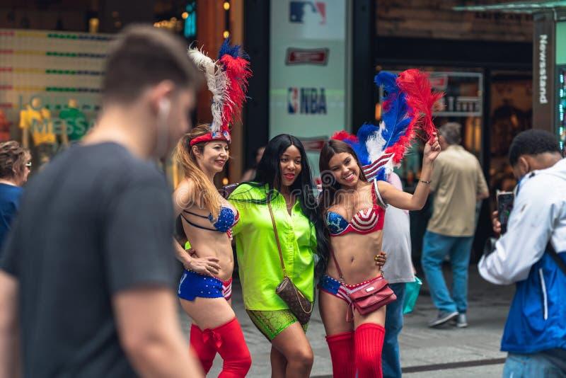 O Times Square ? uma rua ic?nica de New York City Street View, turistas, artistas da rua imagens de stock