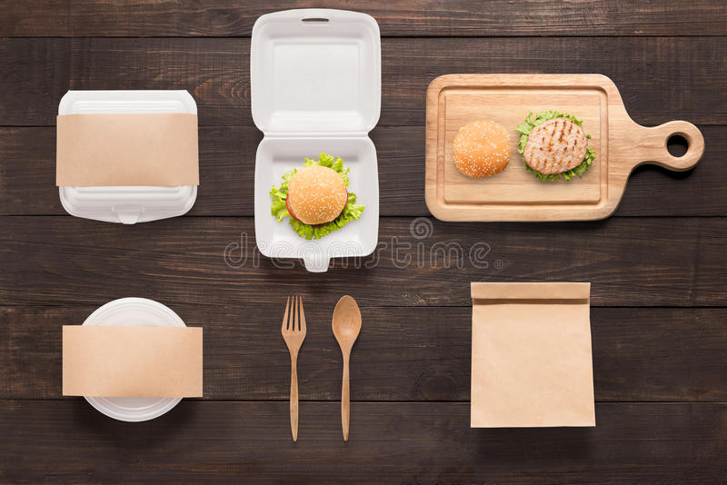 O tipo do conceito de projeto do hamburguer do modelo ajustou-se no fundo de madeira fotos de stock