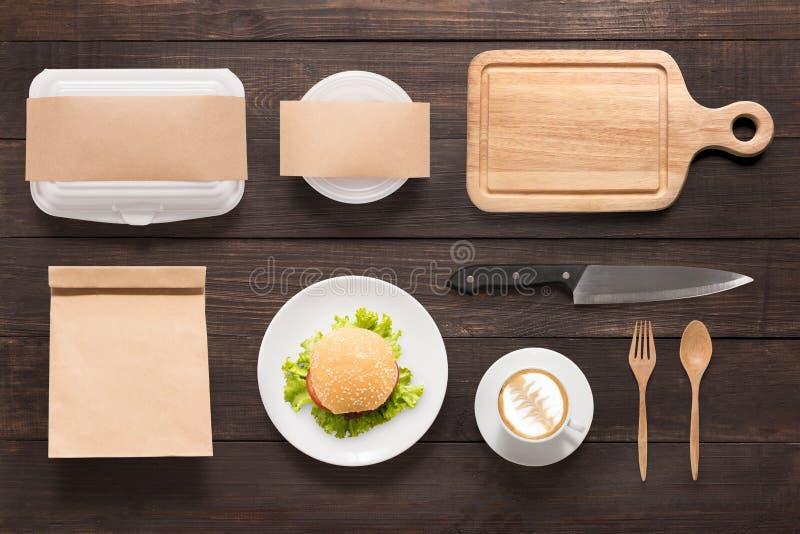 O tipo do conceito de projeto do hamburguer do modelo ajustou-se no fundo de madeira imagem de stock