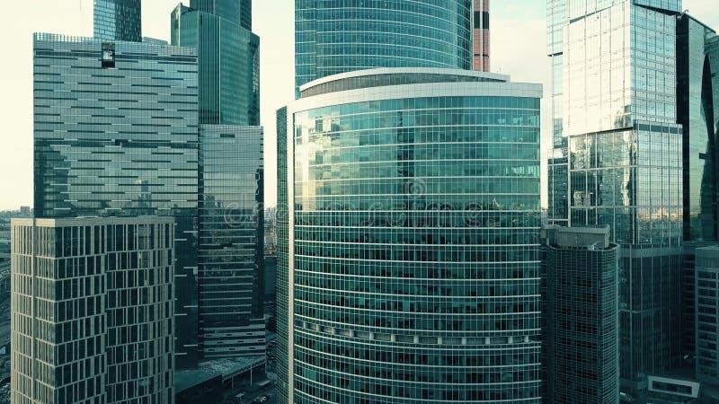 O tiro aéreo do arranha-céus do escritório detalha o céu e a arquitetura da cidade refletindo imagem de stock
