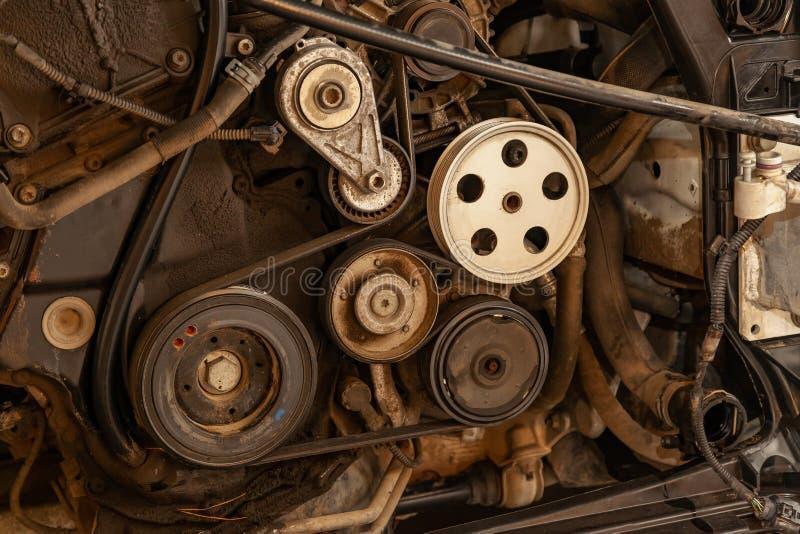O tiro ascendente próximo da correia do sistema e da movimentação da polia em um diesel ou em uma gasolina poderosa usou o motor  fotos de stock royalty free