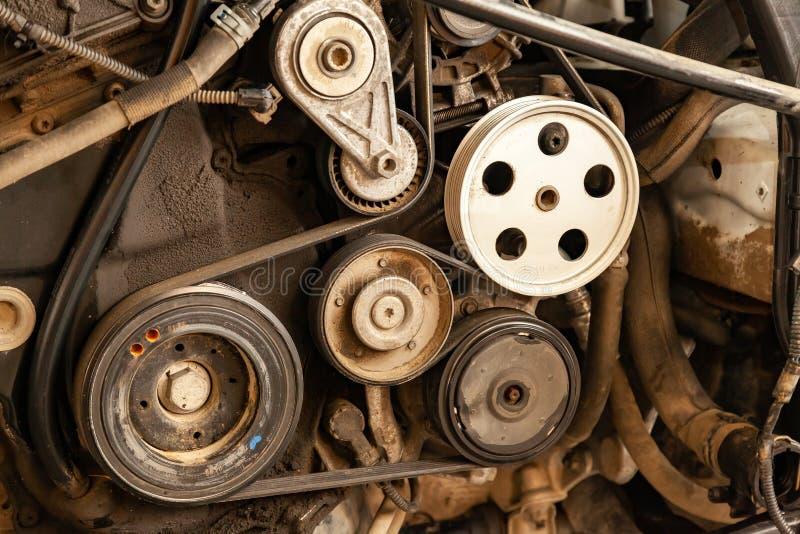 O tiro ascendente próximo da correia do sistema e da movimentação da polia em um diesel ou em uma gasolina poderosa usou o motor  foto de stock